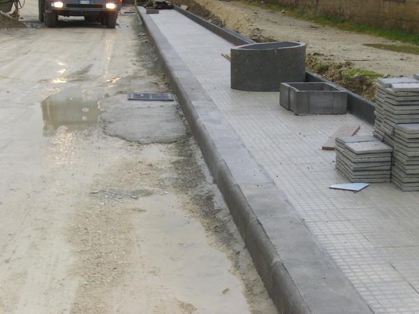 Ciglioni cordoli e canalette in cemento manufatti in for Cordoli per aiuole leroy merlin