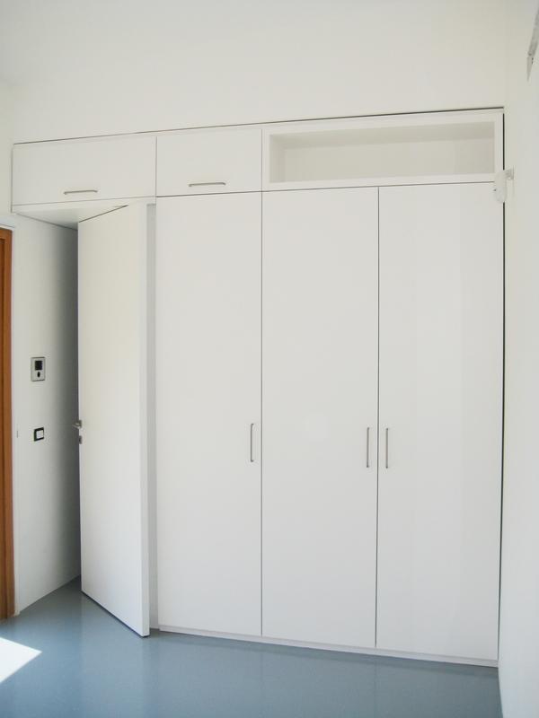 Armadio a muro laccato chiaramonte ragusa sicilia mobilificio casmene laccato bianco - Armadi a parete ...