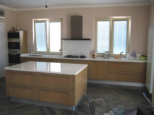 Cucina rovere con top in marmo chiaramonte ragusa - Top in marmo per cucine ...