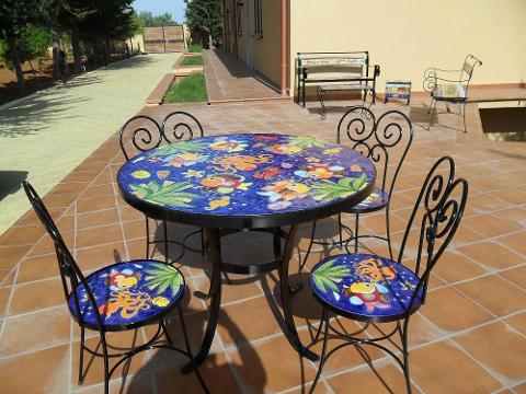 Tavolo e sedie in ferro e ceramica Nino Parrucca decoro Fondale Marino Blu