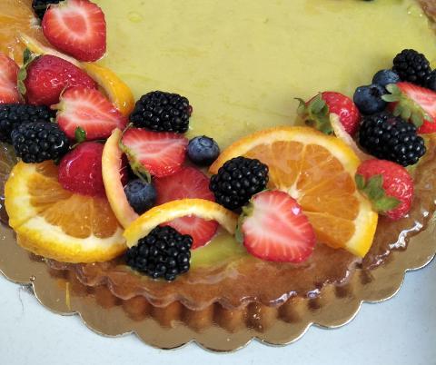 Crostata intera con crema pasticcera e frutta fresca di stagione La Casetta Verde peso torta 1200 gr. .ca