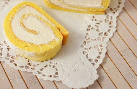 Porzione da 200 gr. .ca di Tronchetto di pasta biscuit con Ricotta Biologica La Casetta Verde arricchito da gocce di cioccolato fondente bio