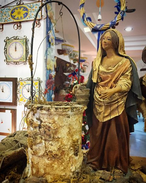 Donna al Pozzo- altezza 25cm- Personaggi presepe Laura Buzzetta terracotta e stoffa