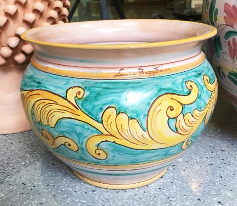 Cachepot in ceramica con voluta ocra su fondo verde ramina Laura Buzzetta ceramica arredo