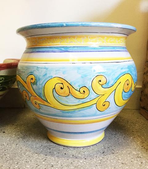 Cachepot in ceramica con voluta ocra su fondo azzurro diam. 29 Laura Buzzetta ceramica arredo