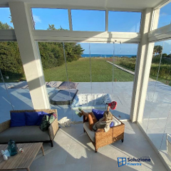 Vivi tutti gli spazi della tua casa tutto l'anno con le eleganti vetrate panoramiche.