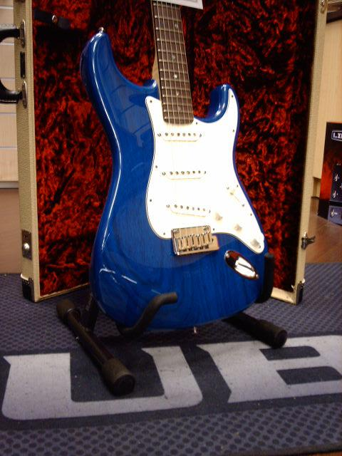 FENDER STRATOCASTER CUSTOM SHOP DELUXE CANDY BLUE 2011 FENDER STRATOCASTER CUSTOM SHOP DELUXE CANDY BLUE