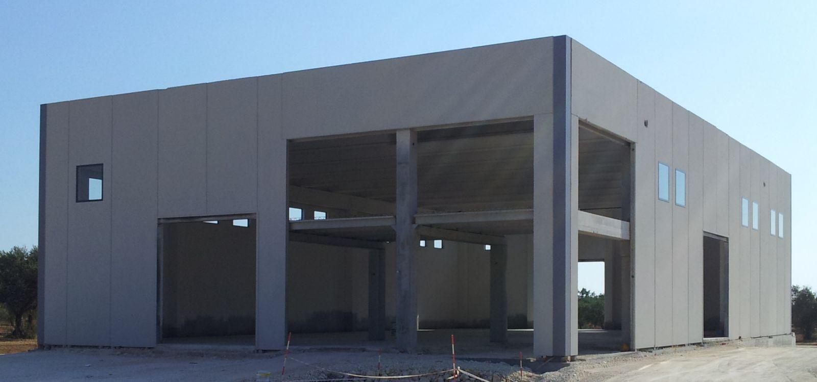 Capannone con solaio granieri fraz di caltagirone for Piani di capannone per uffici esterni