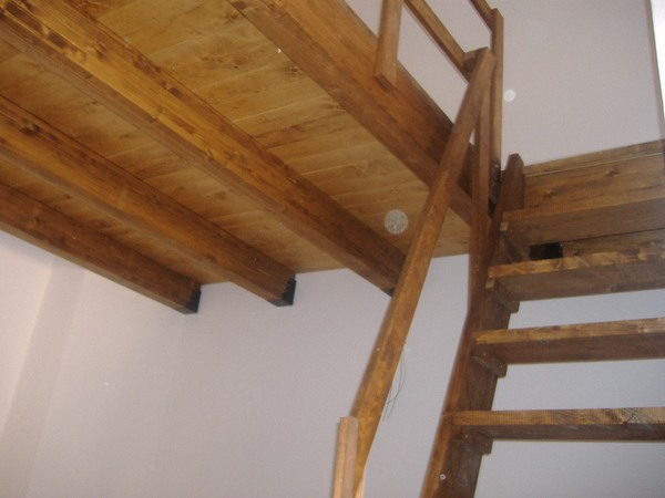 Soppalchi in legno con travi lamellari o travi massello for Finte travi di legno