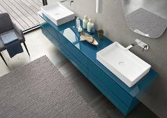 Come una composizione d'arte contemporanea per la vostra sala da bagno Azzurra Come una composizione d'arte contemporanea per la vostra sala da bagno   Un gioco elegante di moduli sospesi, proposti in toni di tendenza, è il filo conduttore di questa composizione. Il lavabo in ceramica Tutto Fuori, disponibile in diverse forme, aggiu
