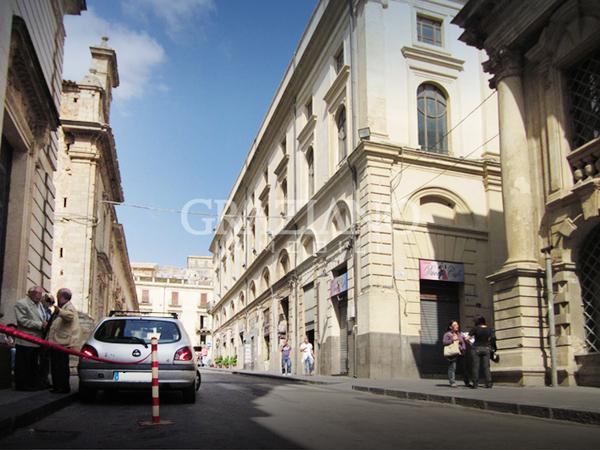 Negozio in affitto a caltagirone catania via duomo for Appartamenti arredati in affitto a catania