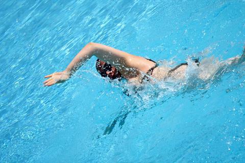Scoliosi e mal di schiena: il nuoto non è terapeutico
