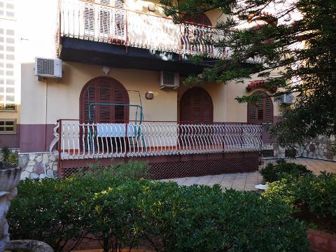 Trifamiliare - porzione centrale in Vendita a Palermo