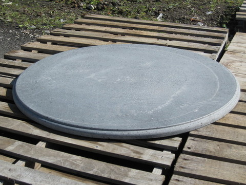 Tavoli rotondi in pietra lavica dell'Etna