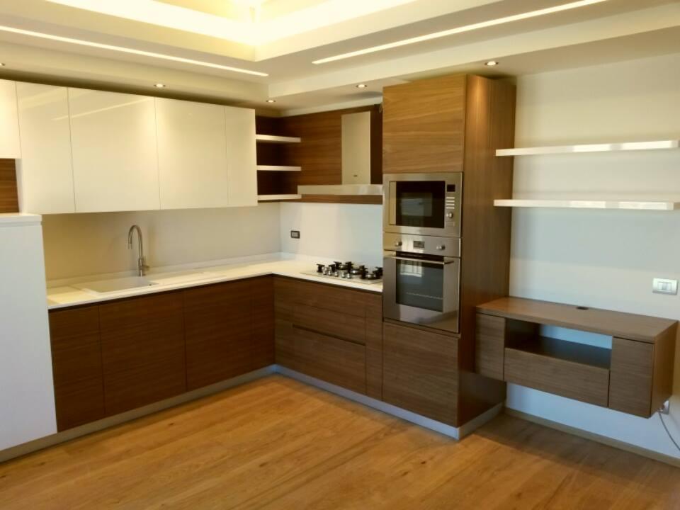 Cucina noce canaletto e bianco lucido chiaramonte ragusa - Cucina bianca e noce ...