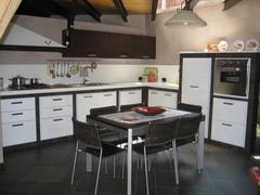 Cucina in muratura, ante rovere bianco Chiaramonte Mobilificio Casmene Muratura ante Rovere bianco