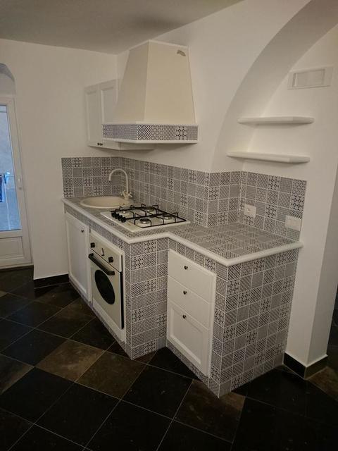 Cucina in finta muratura Chiaramonte Ragusa Sicilia Mobilificio casmene Cornice controsagoma Decapè bianco