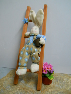 Coniglio su scala legno H 30 con vestito
