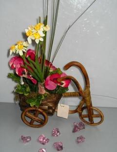 Triciclo vimini  con violette e Narcisi