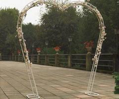 Arco a cuore  H 250 largo cm. 210 in ferro bianco