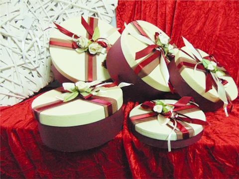 CappelliereTonde x 5 Rosso decorate con fiori - Sconti per Fioristi e Aziende