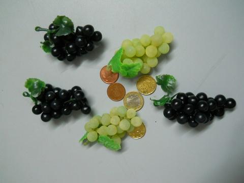 Uva in gomma cm.10 con 24 acini Bianca e nera - Sconti per Fioristi e Aziende