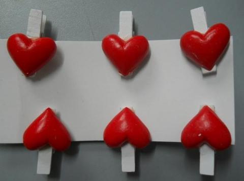 Mollette x 6 con cuore rosso in resina Articolo per S. Valentino - Sconti per Fioristi e Aziende