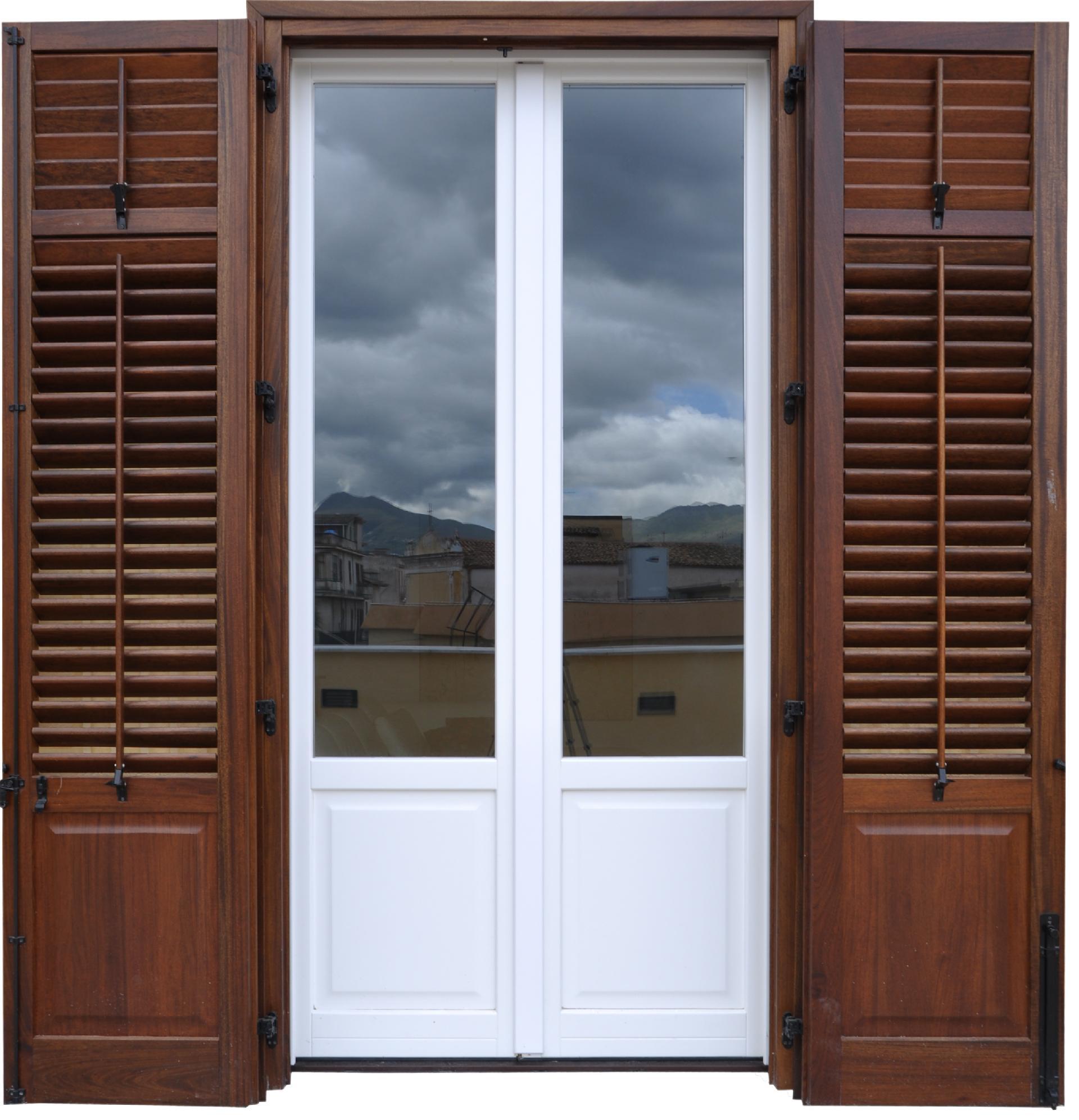 Infissi in legno vetrata e persiana modello b2vp bi l for Prezzo infissi legno