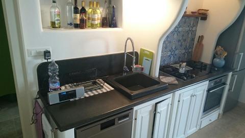 Cucina realizzata con top e lavello in pietra lavica