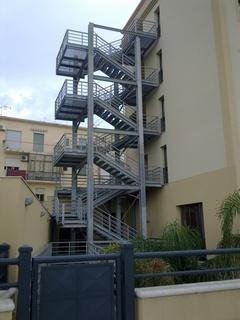 Hotel RUGGERO II Mazara del Vallo Realizzazione di una scala di sicurezza.
