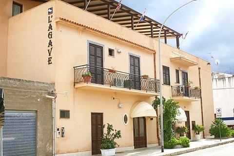 HOTEL L'AGAVE di San Vito Lo Capo (Trapani), realizzazioni infissi esterni in legno