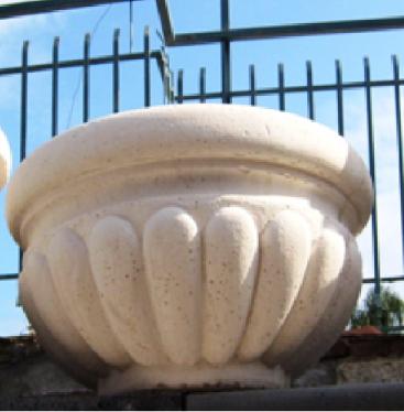 Vaso colore bianco per arredo urbano, per esterno giardino. ADRANO CALCESTRUZZI s.r.l. SONO PRODOTTI IN CALCESTRUZZO VIBRO-COMPRESSO