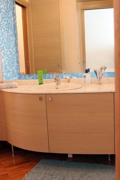 Mobiletto bagno - Sottolavello curvilineo Invenzione d'Arredamento Arredo su misura
