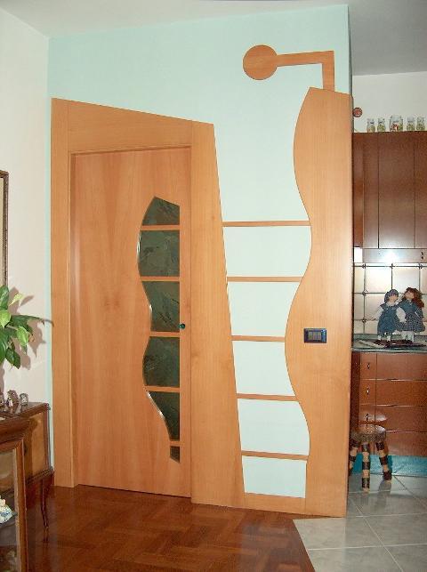 Porta in Legno di Pero con cornice di forme geometriche Invenzione d'Arredamento Sagoma personalizzata